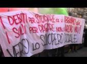 Roma 10.10.2014-azione di studenti e precari durante il corteo del #10o alle Poste italiane
