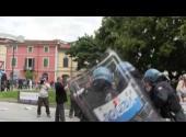 Salvini contestato a Massa, manifestante ferito alla testa negli scontri con la polizia